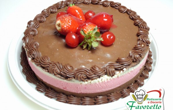 Torta tropical com morangos e cerejas